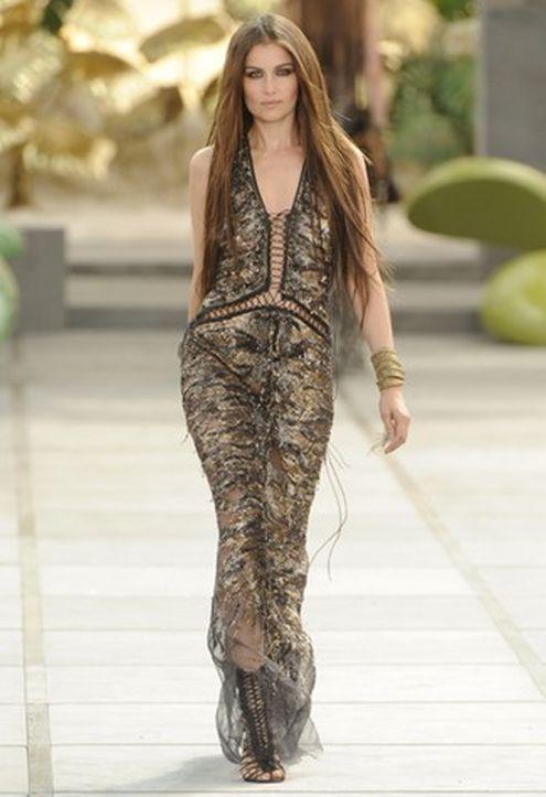 В атласном платье Roberto Cavalli цвета шампанского Миша Бартон была.